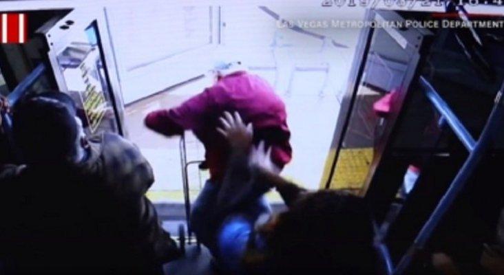 Fallece un anciano tras ser empujado desde un autobús | Foto: CNN