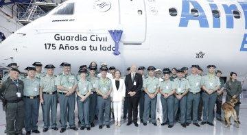 Air Europa rinde homenaje a la Guardia Civil con motivo de su 175º aniversario| En el centro, María José Hidalgo, directora general de Air Europa, y Félix Anzón, director general de la Guardia Civil