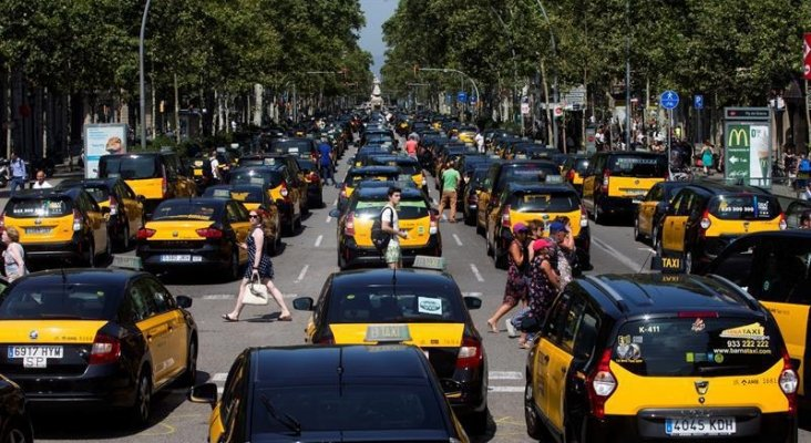 Taxistas de toda España denunciarán a Uber y Cabify por blanqueo de capitales |Foto: Efe vía infoLibre