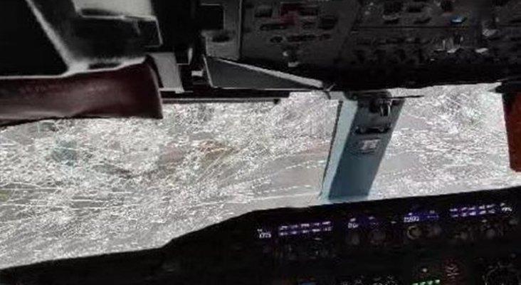 Pilotos consiguen aterrizar A380 con el cristal destrozado