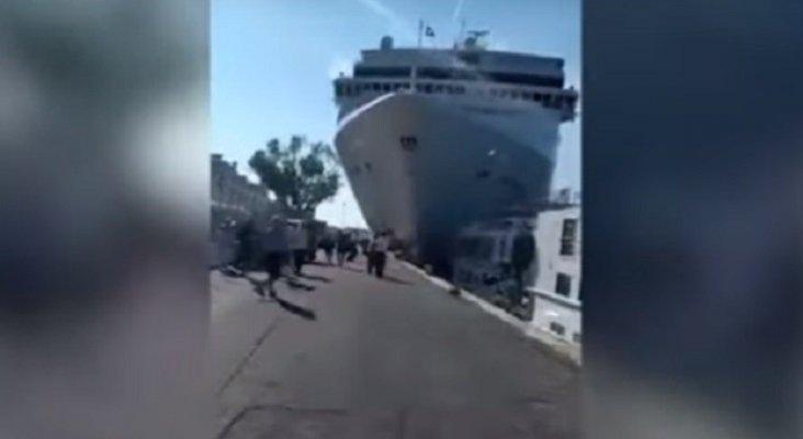 Espectacular choque de un crucero con un barco turístico en Venecia