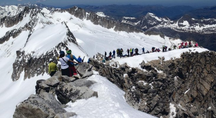 Nuevos atascos en el ascenso a una cima, esta vez en España | Foto: Manuel Yera vía Heraldo