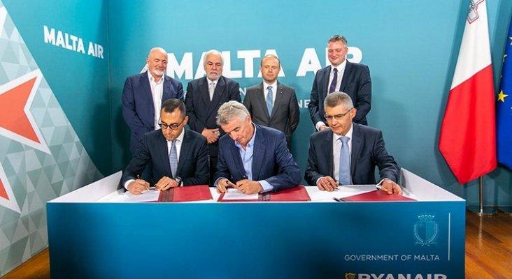 (De izq. a dcha.) Ronald Mizzi, Gobierno de Malta, junto con Michael O'Leary, CEO de Ryanair, y Paul Bugeja, de Malta Air Travel Ltd