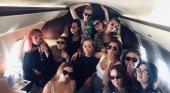Sansa y Arya Stark, de fiesta en Benidorm | Foto: Maisie Sweet vía Twitter