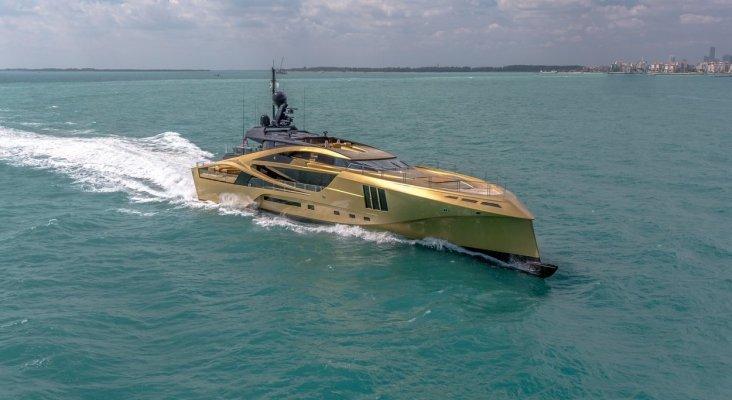 Un yate de 'oro' atraca en el puerto de Ibiza | Foto: palmerjohnson.com/48m