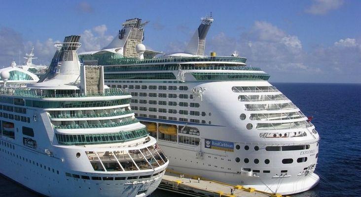 Cruceros atracados en un puerto
