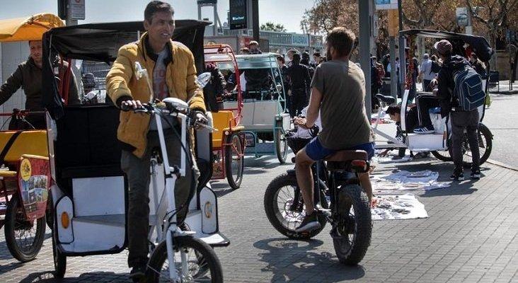 Los bicitaxis ilegales desatan el caos en Barcelona | Foto: La Vanguardia