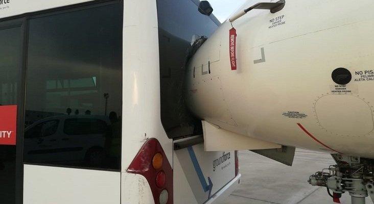 Un autobús impacta contra el morro de un avión, cuando daba marcha atrás
