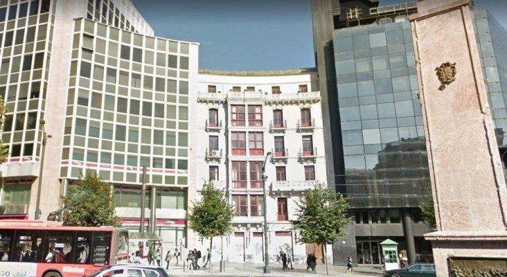 Arrancan las obras del primer 'hostel' del fondo Azora en España | Foto: En el centro, el edificio donde Azora construirá su primer 'hostel' en España, en la Plaza Circular de Bilbao