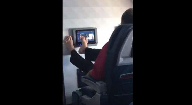 Pillan a un pasajero manipulando la pantalla del avión con los pies | Foto: Alafair Burke vía Twitter