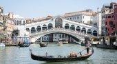 Multan y expulsan de Venecia a dos turistas por hacer café en el Puente Rialto