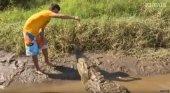 Da de comer a cocodrilos salvajes para entretener a los turistas | Foto: El País