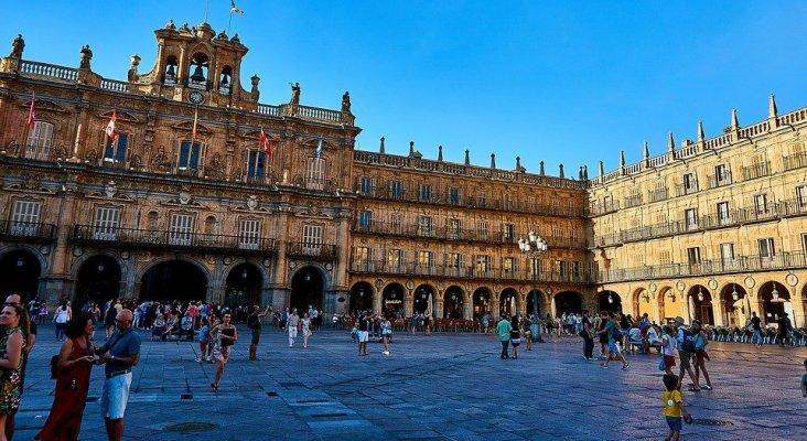 Los apartamentos turísticos de Salamanca necesitarán el permiso de los vecinos | Foto: Turistas en Plaza de España, Salamanca
