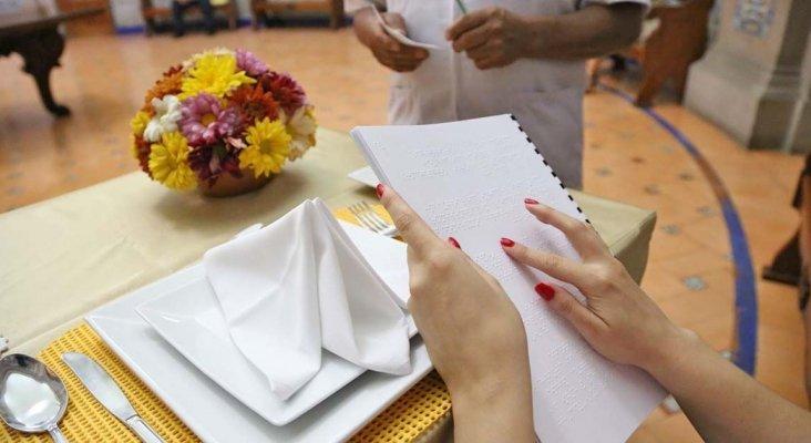 Hosteleros de Puerto Real (Cádiz) incluyen versiones en braille de los menús | Foto: tododisca