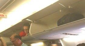 Una azafata sorprende a los pasajeros dentro del compartimento de las maletas | Foto: Verny Vern vía Twitter