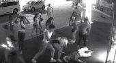 Un grupo de jóvenes ataca brutalmente a dos turistas en la puerta de su hotel