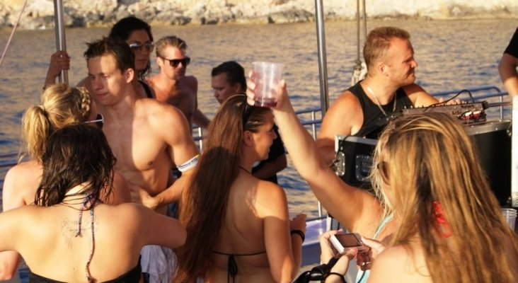 Sancionan con 4.800 euros al promotor de una 'party boat' en aguas protegidas Foto: Click-mallorca.com (CC BY-SA 2.0)