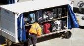Empleado de aeropuerto aplastado por el remolcador de equipajes | Foto: TravelMole