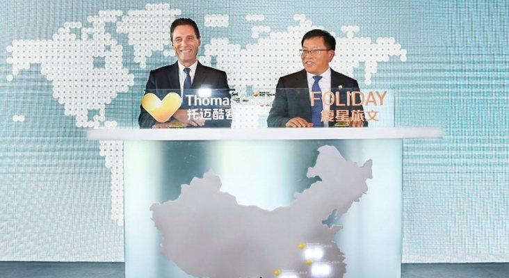 Peter Fankhauser, CEO de Thomas Cook Group, y Jim Qian, CEO de Fosun