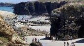 Nuevos derrumbes en la playa de As Catedrais llena de turistas