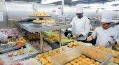 Tripulación de Royal Caribbean preparando comidas para los afectados en Bahamas