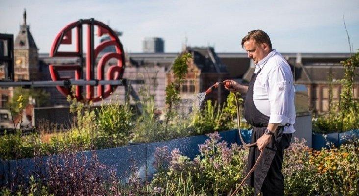 NH se marca como objetivo reducir un 20% sus emisiones de carbono hasta 2030 | Foto: Chris Naylor, chef de NH Hotel Group, en el huerto de la azotea del NH Collection Amsterdam Barbizon Palace