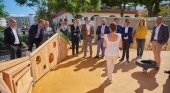 Puerto de la Cruz (Tenerife) inaugura un gran parque inclusivo | Foto: Fernando Miñarro, director general de Infraestructura Turística (4º por la dch.); Marco González, alcalde de Puerto de la Cruz (5º por la dch.); y Pedro Martín, presidente del Cabildo