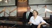 Carmen Riu y Luis Riu en la entrada del nuevo Hotel Riu Plaza España, en Madrid.