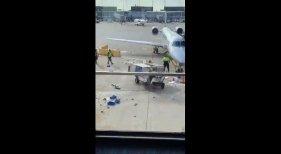 Un carro de catering fuera de control siembra el pánico en un aeropuerto | Foto: La Vanguardia