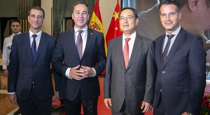 De izquierda a derecha, Víctor Rodríguez y David Morales (Lopesan), el embajador de China, Lyu Fan, y Roberto González (Lopesan).