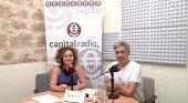 Luis Conde, propietario de los apartamentos Triana-Teatro, y Erika Ramírez, presentadora de Bungalow103, durante el programa dedicado al turismo petfriendly.