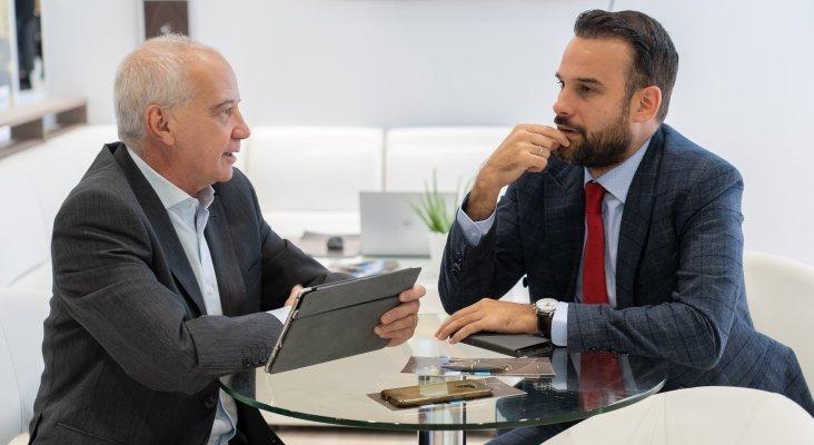 Santiago de Armas, presidente del consejo de vigilancia de IFA Hotels, y José Alba, director del Departamento Comercial de Lopesan Hotel Group