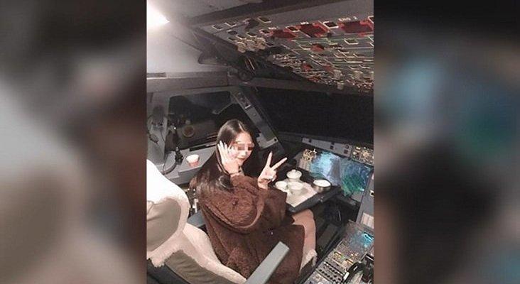 Un piloto deja a una pasajera fotografiarse en la cabina en pleno vuelo| Foto: CNN