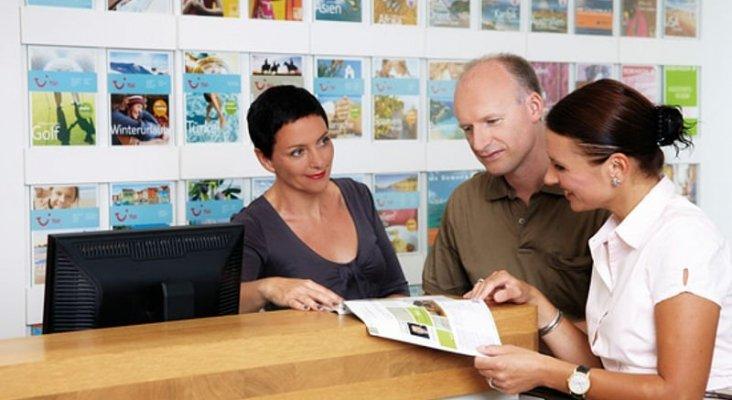 Clientes reservando en agencia de viajes de TUI