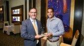 Glenbert Croes, ministro de Asuntos Sociales y Trabajo (izquierda), entregando el premio a Juan Blanco (derecha), director del RIU Palace Antillas