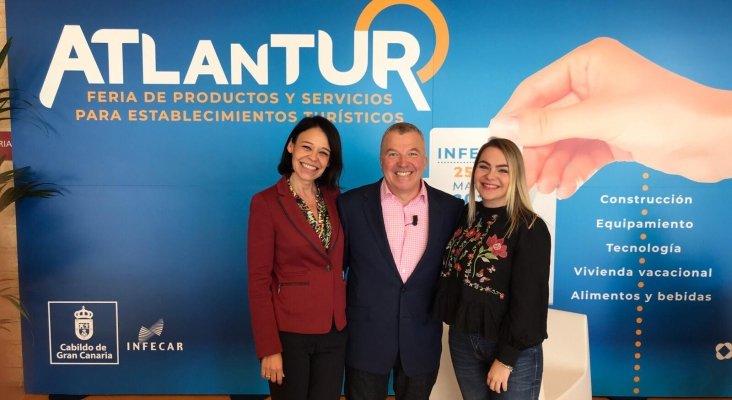Atlantur Conecta, Michael Heppell con Ruth González y Carla Torres de Tourinews