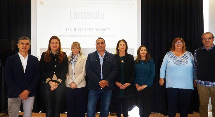 Turismo Lanzarote lanza una web promocional orientada al turismo MICE | Foto: Héctor Fernández (1º izq.), consejero delegado de SPEL-Turismo Lanzarote, y Ángel Vázquez, consejero de Promoción Turística del Cabildo de Lanzarote (centro)
