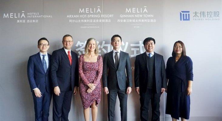 Meliá refuerza su expansión en Asia Pacífico con dos nuevos hoteles | Foto: Bernardo Cabot, vicepresidente para Asia Pacífico de Meliá Hotels International (2º izq.), y María Zarraluqui, directora de expansión de Meliá Hotels International (3ª izq.)
