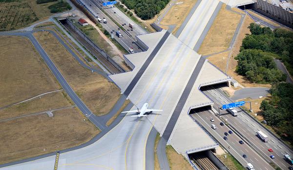 El consorcio alemán Fraport que gestiona los aeropuertos regionales en Grecia promete 20.000 empleos