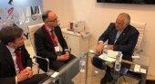 México negocia con Iberia el aumento de la conectividad aérea | Foto: Luis Gallego, presidente de Iberia (centro) y Miguel Torruco, secretario de Turismo de México (dch.) vía El Economista