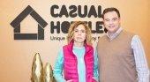 Agatha Ruiz de la Prada, nueva aliada de Casual Hoteles | Foto: La diseñadora con Juan Carlos Sanjuán, fundador de la hotelera