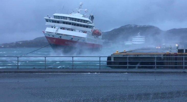 Graban la colisión de crucero de Hurtigruten contra un espigón
