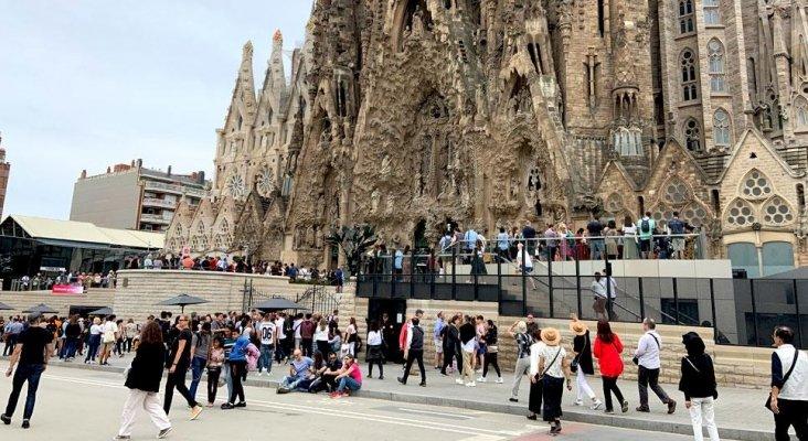 España recibió 84 millones de turistas en 2019, un 1,1% más   Foto: Turistas frente a la Sagrada Familia vía Crónica Global