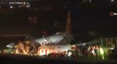 Avión se parte en pedazos tras accidentado aterrizaje en Estambul