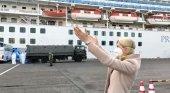 Corazones y besos volados, así recibe la presidenta de Princess a los cruceristas en cuarentena