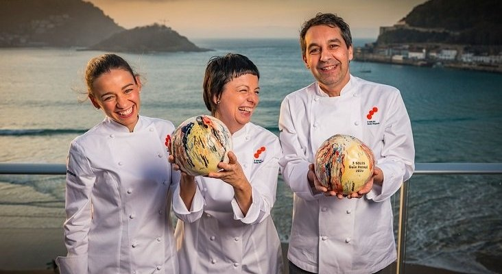 Dos restaurantes consiguen los tres soles de Repsol   De izq. a dch.: Martina Puigvert, jefa de cocina de 'Les Coles', su madre, Fina Puigdevall, y Javier Olleros, de 'Culler de Pau' - Moro & Cáliz