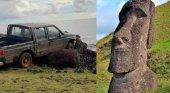 Una camioneta destruye una estatua moái de la Isla de Pascua (Chile) | Foto: Camilo Rapu vía La República