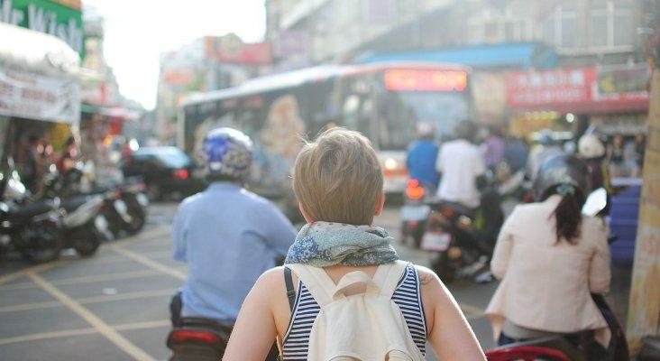 """Los mejores destinos para las viajeras """"solitarias"""" más jóvenes, según Booking"""