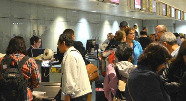 Los 'héroes del éxodo turístico' en los aeropuertos y aviones