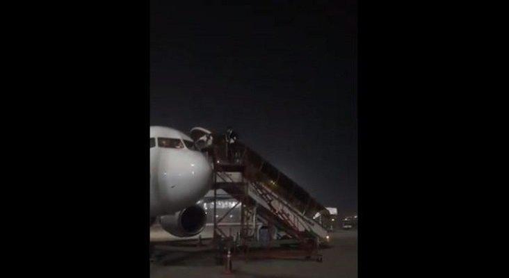 El miedo al contagio lleva a dos pilotos a bajarse del avión por la ventana de cabina   Foto: Breaking Aviation News vía Twitter